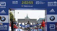 Etiopský vytrvalec Kenenisa Bekele v cíli Berlínského maratónu.