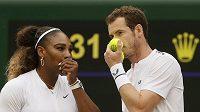 Andy Murray (vpravo) a Serena Williamsová během zápasu mixu ve Wimbledonu.