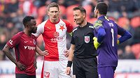 Rozhodčí Karel Hrubeš diskutuje s hráči (zleva): Guelor Kanga, Milan Škoda a Florin Nita během derby.