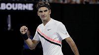 Roger Federer během utkání s Aljažem Bedenem.