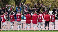 Fotbalisté Pardubic slaví s fanoušky vítězství nad Spartou.