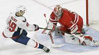 Brankář Caroliny Hurricanes Eddie Läck zasahuje proti Stanislavovi Galievovi z Washingtonu Capitals v přípravném zápase NHL.