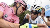 Alberto Contador (vlevo) na Giru udržel růžový trikot.