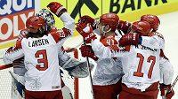 Hokejisté Dánska se radují z vítězství nad Finskem.