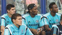 Jen z lavičky sledoval belgický brankář Thibaut Courtois (vlevo) přípravu Chelsea proti Vitesse Arnhem. Hru sledují také (zleva) Andreas Christensen, Didier Drogba a John Obi Mikel.
