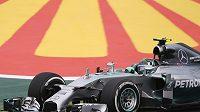 Nico Rosberg s vozem Mercedes při prvním měřeném tréninku na okruhu Interlagos v Brazílii.
