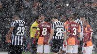 V Istanbulu se v úterý odehrálo jen 32 minut, než rozhodčí duel za stavu 0:0 kvůli hustému sněžení přerušil.