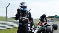 Jezdci Mercedesu Lewis Hamilton (vpravo) a Valtteri Bottas (vlevo) ovládli sobotní kvalifikaci na výroční závod formule 1 v Silverstonu.