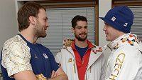 Hokejisté Michal Barinka (vlevo), Alexander Salák a Lukáš Krajíček před odletem už mohli rozebírat, co je v Soči čeká.