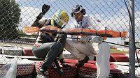 Mexičan Esteban Gutiérrez vylézá z havarovaného vozu. Jeřáb při odklízení monopostu pak smrtelně zranil traťového komisaře.