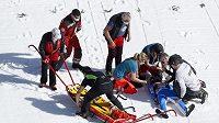 Záchranáři zasahují poté, co měl těžký pád norský skokan na lyžích Daniel André Tande.