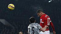 Obránce Manchesteru United Chris Smalling střílí gól do sítě Burnley.