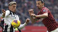 Zlatan Ibrahimovic (vpravo) bojuje o balon s Jensem Strygerem Larsenem z Udine.