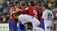 Hráči Plzně se na Slovácku radují z prvního gólu.