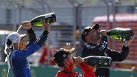 Na zdraví. Vítěz Velké ceny FA Valtteri Bottas z Mercedesu, druhý Charles Leclerc z Ferrari a třetí v cíli, jezdec Mclarenu Lando Norris, a jejich přípitek šampaňským.