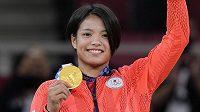 Olympijská vítězka Uta Abeová pózuje se zlatou medailí.