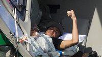 Brazilec Neymar leží v helikoptéře, která ho dopravila z tréninkového centra Brazilců domů, kde se bude léčit.