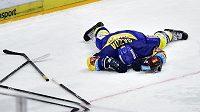 Zraněný zlínský hokejista Daniel Gazda po hromadné šarvátce na ledě Sparty.