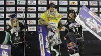 Stupně vítězů po závodě SP v Miláně v Big Airu. Vítězná Rakušanka Anna Gasserová (uprostřed) Američanka Hailey Langlandová (vlevo) a Češka Šárka Pančochová.