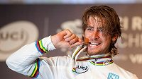 Slovenský cyklista Peter Sagan slaví zlatou medaili na MS v Richmondu.