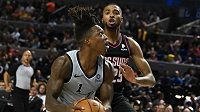 BAsketbalista San Antonia Spurs Lonnie Walker (vlevo)