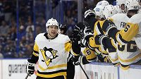 Český útočník Pittsburghu Penguins Dominik Simon slaví se spoluhráči gól, který vstřelil do sítě Tampy Bay Lightning v NHL.