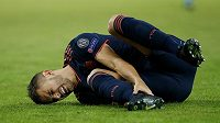 Francouzský zadák ve službách Bayernu Lucas Hernandez se svíjí na trávníku.