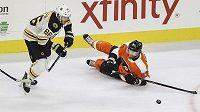 Útočník Philadelphie Flyers Jakub Voráček při plnění defenzivních povinností během duelu s Bostonem.