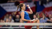 Vítězné gesto české tenistky Barbory Strýcové v rozhodující čtyřhře finále Fed Cupu.