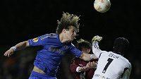 Brankář Chelsea Petr Čech spolu s obráncem Davidem Luizem (vlevo) odráží atak fotbalisty Kazaně Vladimira Djadjuna.