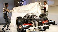 Jezdci stáje Sauber Nico Hulkenberg (vpravo) a Esteban Gutierrez odhalují monopost C32.