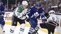 Čeští útočníci ve službách Dallasu Stars Aleš Hemský (83) a Radek Faksa (12) bojují o puk s Nazenem Kadrim (43) v jednom z duelů NHL.