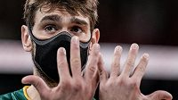 Brazilský volejbalista Lucas Saatkamp nosí roušku i při zápasech