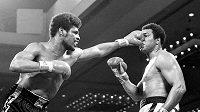 Leon Spinks (vlevo) zasahuje Muhammada Aliho během titulového zápasu o pás mistra světa těžké váhy v Las Vegas.