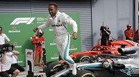 Lewis Hamilton se raduje z triumfu v Monze.