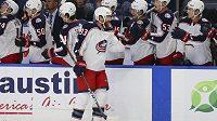Český hokejový útočník Columbusu Blue Jackets Jakub Voráček má před startem NHL skvělou formu. Po vstřeleném gólu slaví se svými spoluhráči.