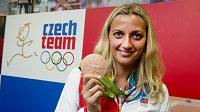 Petra Kvitová ukazuje v Českém domě bronzovou medaili.