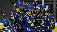 Hráči Švédska se radují z druhého gólu.