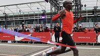 Eliud Kipchoge protrhává cílovou pásku dvouhodinového maratonu.