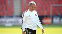 Trenér Chelsea José Mourinho během předzápasového tréninku před utkáním UEFA Superpoháru mezi Chelsea a Bayernem Mnichov.