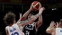 Český basketbalista Ondrej Balvín brání Janise Adetokunba