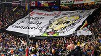 Fanoušci Hradce Králové a jejich choreo během čtvrtfinále play off hokejové extraligy s HC Verva Litvínov.