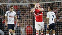 Calum Chambers z Arsenalu (uprostřed) lituje neproměněné šance v zápase s Tottenhamem.