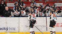 Hokejisté Sparty se radují z třetí branky.