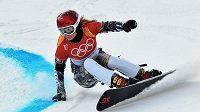 Česká snowboardistka Ester Ledecká při kvalifikační jízdě paralelního obřího slalomu na ZOH v Pchjončchangu.