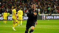 Luka Jovič oslavuje gól v zápase Evropské ligy v dresu Franfurktu.