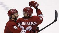 Hokejisté Arizony Coyotes Oliver Ekman-Larsson (vpravo) a Sam Gagner slaví vítězství nad Edmontonem.