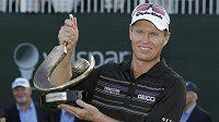 Australan John Senden s trofejí pro vítěze Valspar Championship v Innisbrooku.