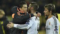 Cristiano Ronaldo (vlevo) byl jen náhradníkem při odvetě čtvrtfinále LM v Dortmundu, na snímku se spoluhráči z Realu Madrid Sergiem Ramosem a Fabiem Coentraem.