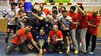 Plzeňští hráči se společné fotografují s pohárem.